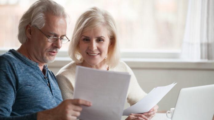 Ein älteres Paar fragt sich, wann man Bitcoins kaufen sollte.