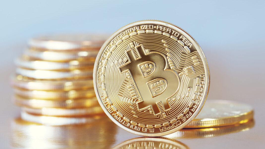 Goldene Münzen mit Bitcoin-Prägung
