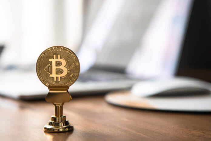 Eine als Bitcoin geprägte, goldene Münze