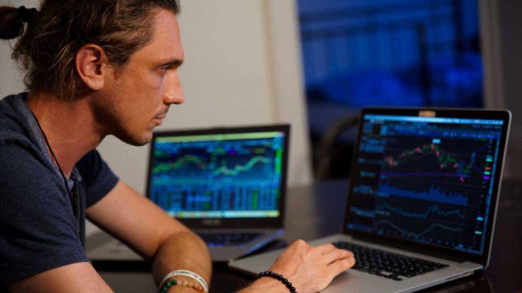 Bitcoin-Anbieter finden: Ein Mann am Computer
