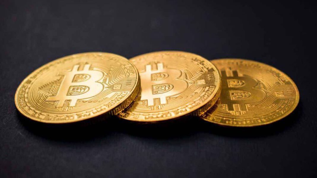 Drei als Bitcoins geprägte, goldene Münzen