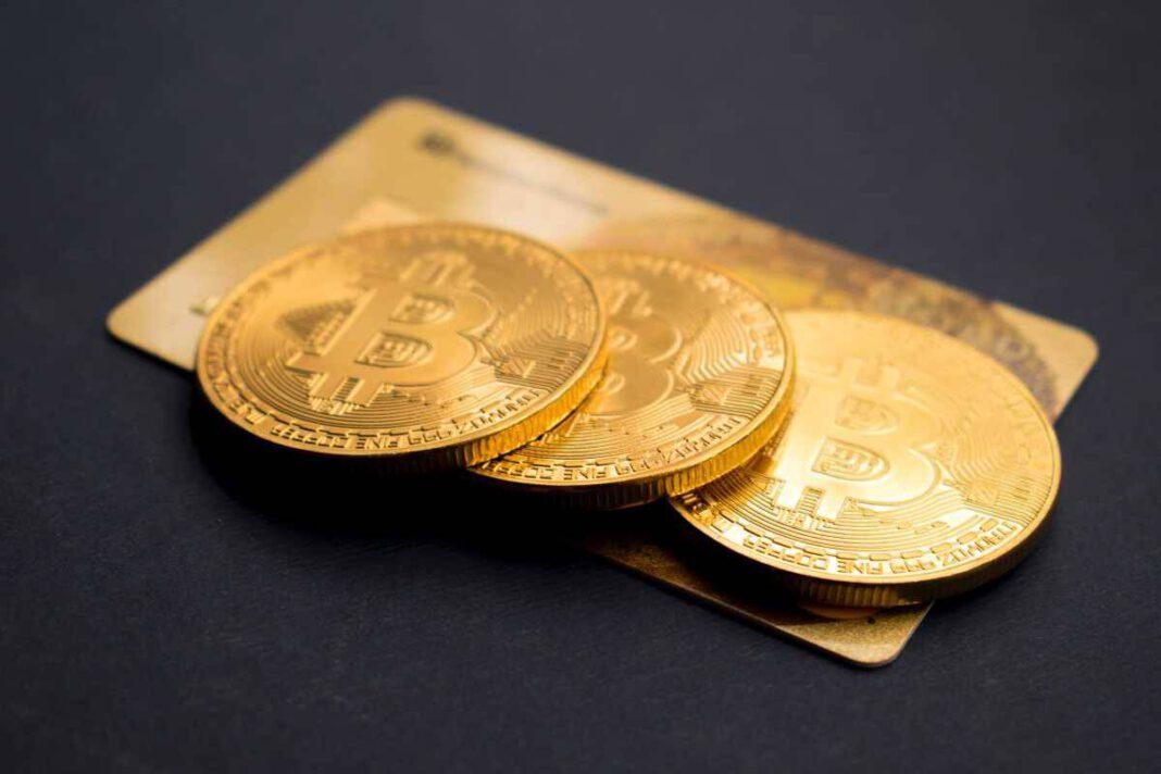 Mit Bitcoins bezahlen: Drei Münzen mit Bitcoin-Prägung